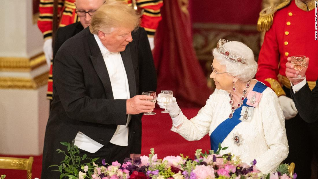 The gift given to the British Queen came to the notice of the social media, forgotten Trump