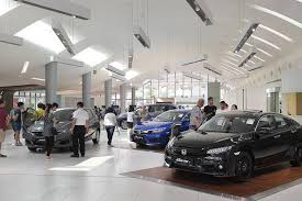 66 Bags in the bag to buy a car, the young man, the showroom became troubled
