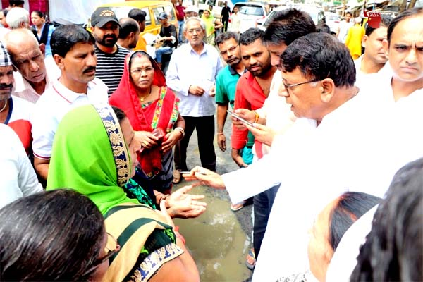 Public Relations Minister Shri Sharma reached the poor affected colonies