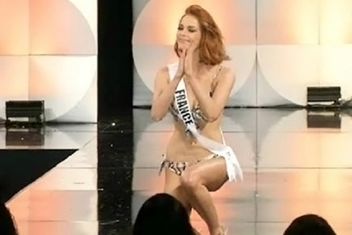 Miss France falls on the ramp in the bikini round of Miss Universe