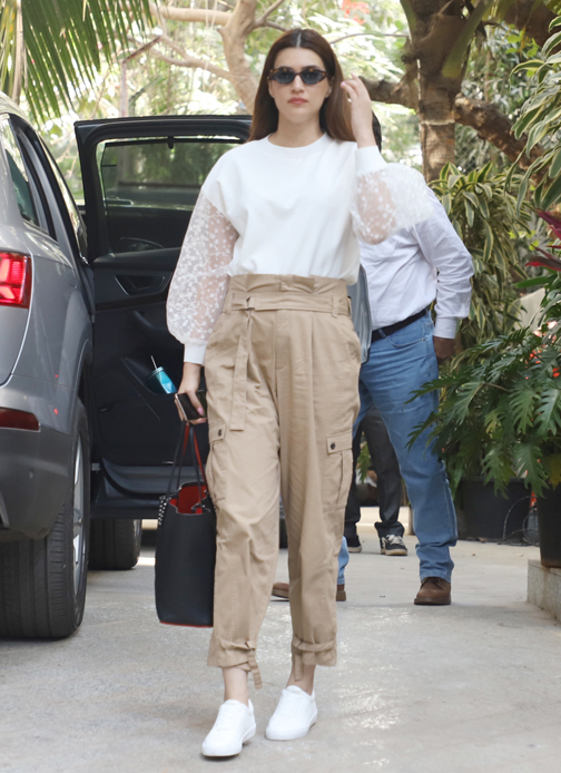 Kriti sanoon spotted at Santacruz in Mumbai