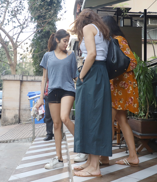 Bollywood actress janhvi Kapoor spotted at bandra in Mumbai