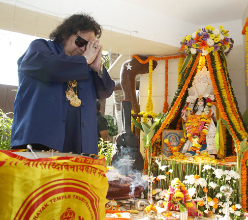 Bollywood singer, composer Bappi Lahiri poses for photographs during the Hindu festival celebrates ph at his house  Bollywood singer Bappi Lahiri poses during the Hindu festival celebrates – Bank of Bollywood 928A7770