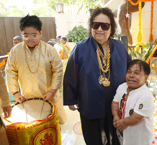 Bollywood singer, composer Bappi Lahiri poses for photographs during the Hindu festival celebrates ph at his house  Bollywood singer Bappi Lahiri poses during the Hindu festival celebrates – Bank of Bollywood 928A7791
